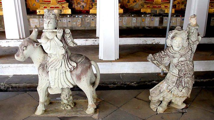 Statues in Wat Arun.